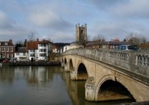 Henley Bridge stretching over the Thames | Photo: Nigel Homer